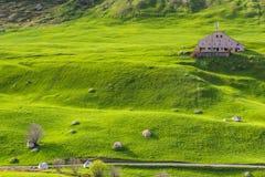 Armazém entre montes verdes Imagens de Stock