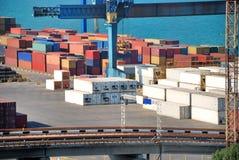 Armazém portuário com cargas e recipientes Foto de Stock Royalty Free