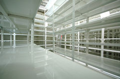 Armazém vazio, cremalheiras do armazenamento Imagem de Stock