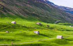 Armazéns entre montes verdes Foto de Stock