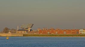 Armazéns velhos e construção moderna da autoridade portuária em Antuérpia fotos de stock royalty free