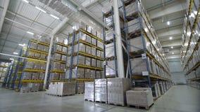 Armazena a grande estrutura do comércio da logística com as caixas na prateleira video estoque