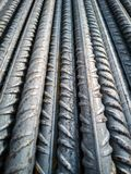 Armazenagem das barras de a?o no canteiro de obras para executar o concreto refor?ado foto de stock royalty free