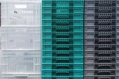 Armazenamento da pilha de caixas brancas, cinzentas e azuis coloridas novas do recipiente pl?stico imagens de stock