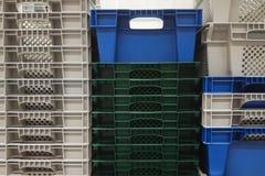 Armazenamento da pilha de caixas brancas, cinzentas e azuis coloridas novas do recipiente pl?stico foto de stock royalty free