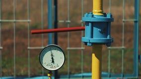 Armazenamento de gás e estação da fonte Encanamentos para o transporte do gás Pare válvulas e manômetro Negócio de petróleo e gás video estoque