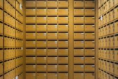 Armazenamento de madeira classificado grade da segurança das caixas postais das fileiras das colunas da disposição Fotografia de Stock Royalty Free