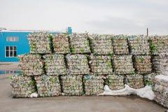 Armazenamento do desperdício classificado em uma fábrica de tratamento do desperdício foto de stock royalty free