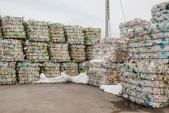 Armazenamento do desperdício classificado em uma fábrica de tratamento do desperdício fotos de stock royalty free