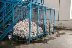 Armazenamento do desperdício classificado em uma fábrica de tratamento do desperdício imagens de stock royalty free