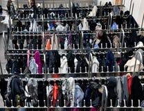 Armazenamento do vestuário no wardrobe fotos de stock
