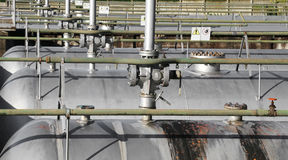 Armazenamento na planta industrial com válvulas de segurança Fotografia de Stock Royalty Free
