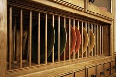 Armazenamento original do prato do gabinete de cozinha foto de stock royalty free
