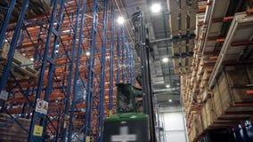 Armazene o motorista do trabalhador em umas caixas de cartão uniformes da carga por placas do armazenamento do furnirure do carre video estoque