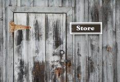 Armazene o sinal na parede cinzenta Fotografia de Stock