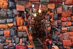 Armazene os sacos de couro e os produtos no mercado no Jerusalém, Israel fotografia de stock royalty free