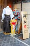 Armazene a venda alugado dos quimonos japoneses, Kyoto, Japão fotografia de stock