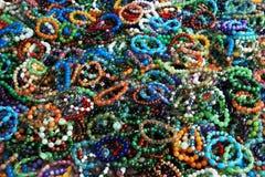 Armbänder an Hand Bijouterie Lizenzfreies Stockfoto