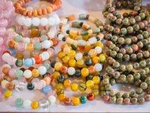 Armbänder und Steine für Glück und Wohlstand Lizenzfreie Stockfotos