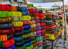 Armbänder zeigen am Straßenmarkt an stockbilder