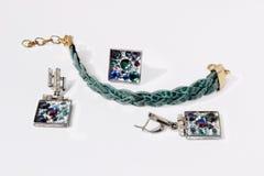armband, örhängen och cirkel med stenar Royaltyfri Foto