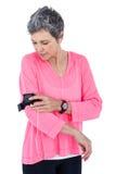 Armband ρύθμισης γυναικών ενώ μουσική ακούσματος Στοκ Φωτογραφία