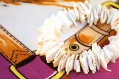 Armband auf einem Schal Stockfoto