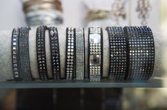 Armband i ett lagerfönster Royaltyfri Bild