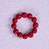 Armband met rode houten ballen op een abstracte achtergrond Stock Fotografie