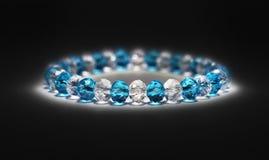 Armband mit blauen Steinen auf Schwarzem Lizenzfreie Stockfotos