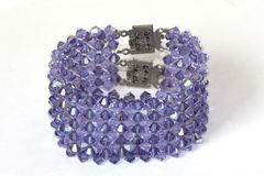 Armband mit purpurroten Steinen Stockfoto