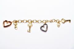 Armband mit Schlüssel und Herzdesign lizenzfreies stockbild