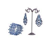 Armband och örhängen på en ställning Royaltyfri Fotografi