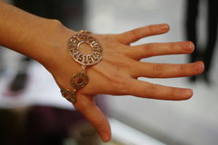 Armband op handspruit in de winkel Stock Foto