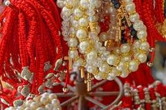 Armband som flätas från den röda tråden och kors amulett mot det onda ögat på handleden från Jerusalem, Israel arkivfoto