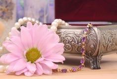 Armband und Blume Stockbild