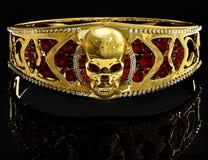 Armband van de juwelen de gouden schedel met diamant en rode robijnrode gemmen Royalty-vrije Stock Afbeelding