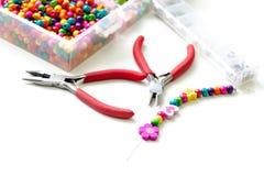 Armband van plastic parels voor meisjes onvolledig in proces wordt gemaakt dat Stock Foto's