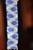 Armband von den kleinen Perlen Stockfoto