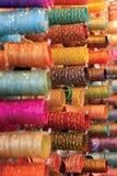 Armbanden die bij Markt worden verkocht Stock Foto's