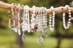 armbanden die op natuurlijke tak hangen royalty-vrije stock afbeeldingen