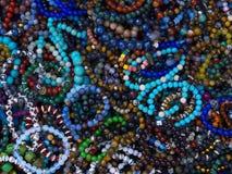 Armbanden van parels in verschillende kleuren worden gemaakt die stock afbeelding