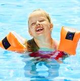 armbands κολύμβηση λιμνών παιδιών Στοκ Εικόνα