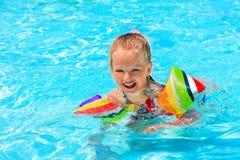 armbands κολύμβηση λιμνών παιδιών Στοκ Εικόνες