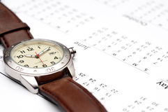 Armbanduhr auf einem Kalender Lizenzfreies Stockfoto