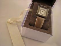 Armbanduhr der Frauen mit Edelsteinen Stockfotografie