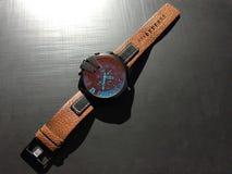 Armbanduhr mit lederner Brücke stockbild