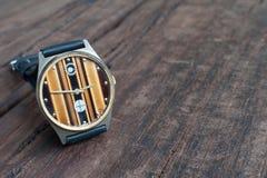 Armbanduhren auf einem Holztisch Lizenzfreies Stockbild