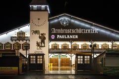 Armbrustschuetzenzelt σε Oktoberfest κατά τη διάρκεια της νύχτας στο Μόναχο, Γερμανία Στοκ φωτογραφία με δικαίωμα ελεύθερης χρήσης