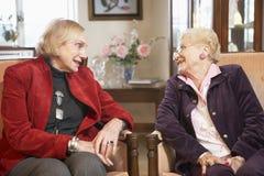 armchairs relaxing senior women Στοκ φωτογραφία με δικαίωμα ελεύθερης χρήσης